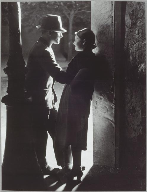 brassai_Couple_d_amoureux_sous_un_r_verb_re_1933