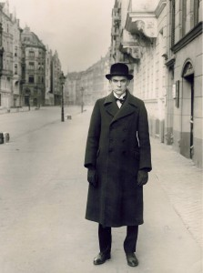 august-sander-man-on-street-portrait